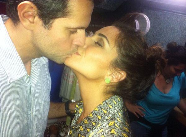 Quanto amor! Giovanna Antonelli tasca beijo no marido