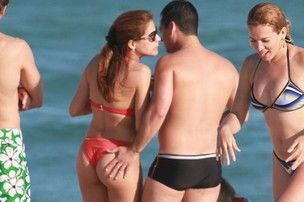 Após mão-boba na praia, Nívea Stelmann negocia nu para