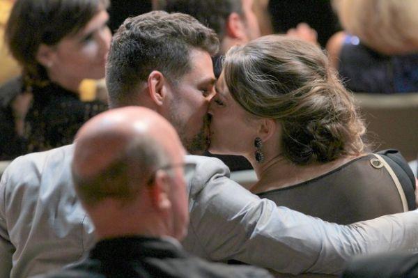 Cauã e Grazi se beijam em premiação no Rio