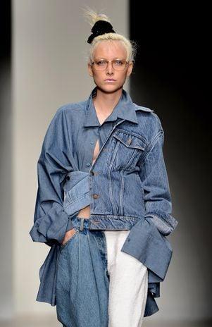 Estilista indiano mistura moletom com jeans para criar look geek