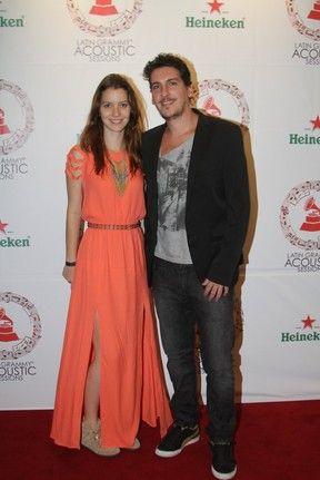 Nathalia Dill badala com novo namorado em show no Rio