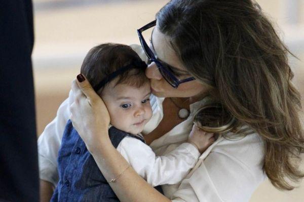 Grazi Massafera embarca com a filha, Sofia, no Rio de Janeiro