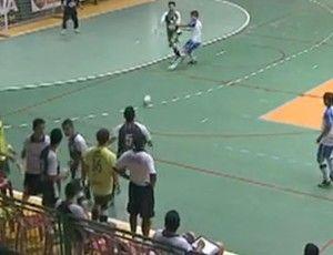 Jogadores do mesmo time trocam socos durante jogo de futsal