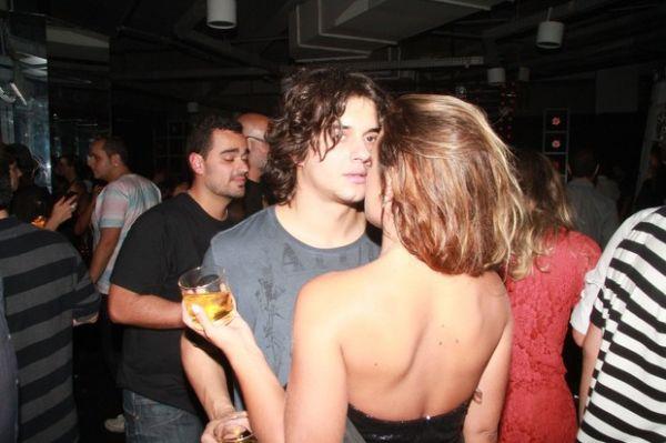 Musas de programa sexy dão selinho e conferem decotes em festa; fotos