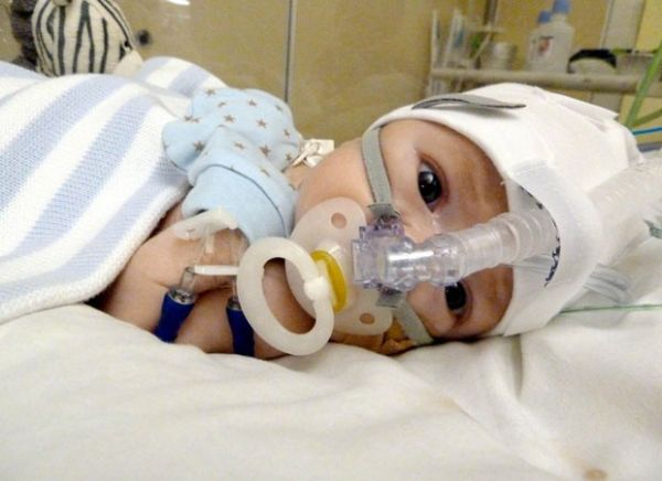 Pais salvam bebê com tratamento descoberto na internet
