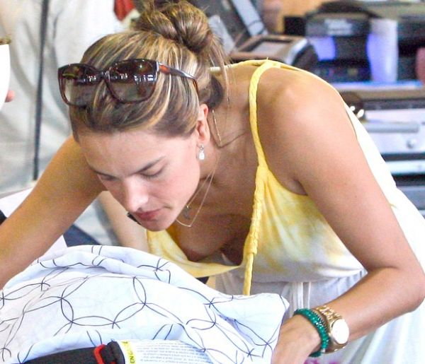 Sem sutiã, Alessandra Ambrósio se descuida e seio