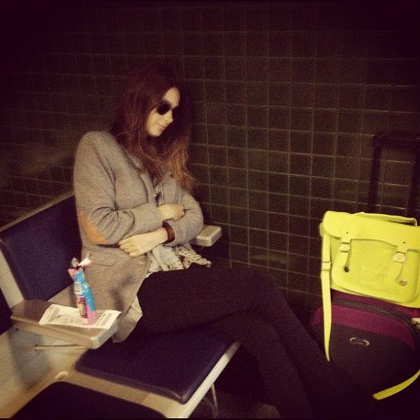 Glamour? Thaila Ayala posta foto de cochilo em aeroporto