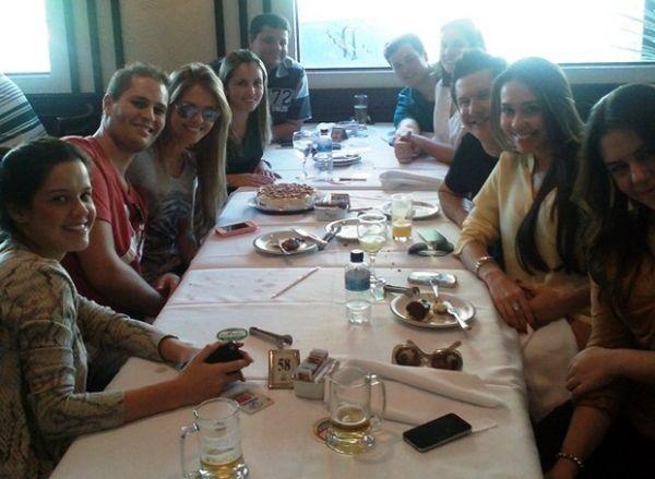 Pedro Leonardo comemora aniversário da mulher em restaurante