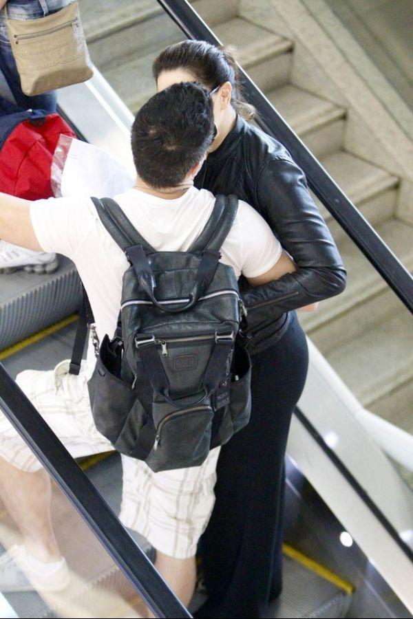 Claudia Raia troca beijos com o namorado em aeroporto
