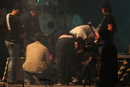 Gusttavo Lima passa mal em show após morte da irmã e é amparado por Thiaguinho