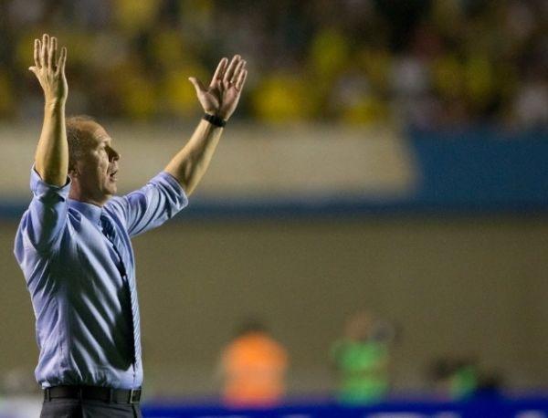 Mano ignora vaias e pedidos da torcida por Felipão na Seleção