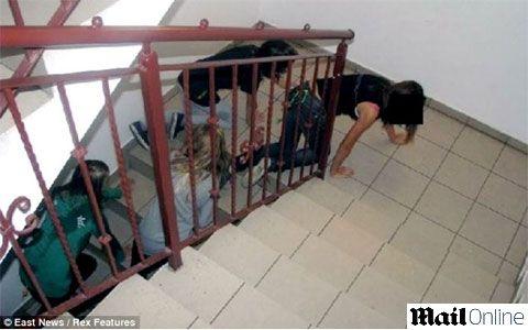 Crianças tem de lamber os joelhos de padre em trote de iniciação em escola