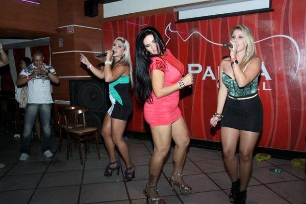 De vestido coladinho, Solange Gomes exibe pancinha em festa