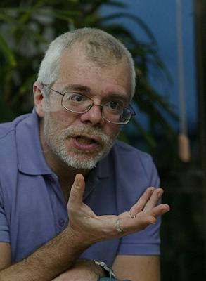 Globo vai à Justiça contra saída de Carlos Lombardi para a Record