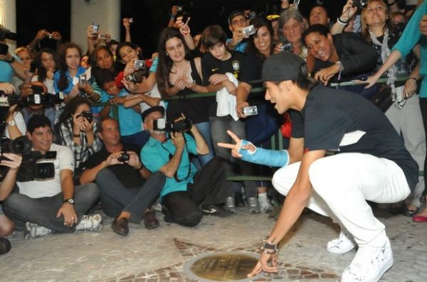 Neymar é agarrado por fãs em festival de cinema