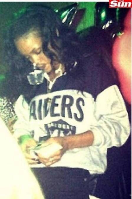Rihanna posta fotos de noitada em boate stripper