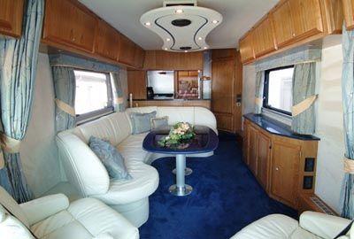 Ônibus luxuoso de R$ 4 milhões tem até garagem para carro