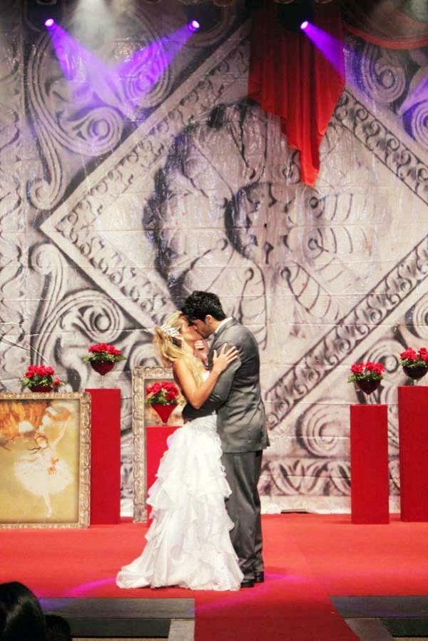Ex-BBB Adriana e Rodrigão ensaiam casamento em desfile