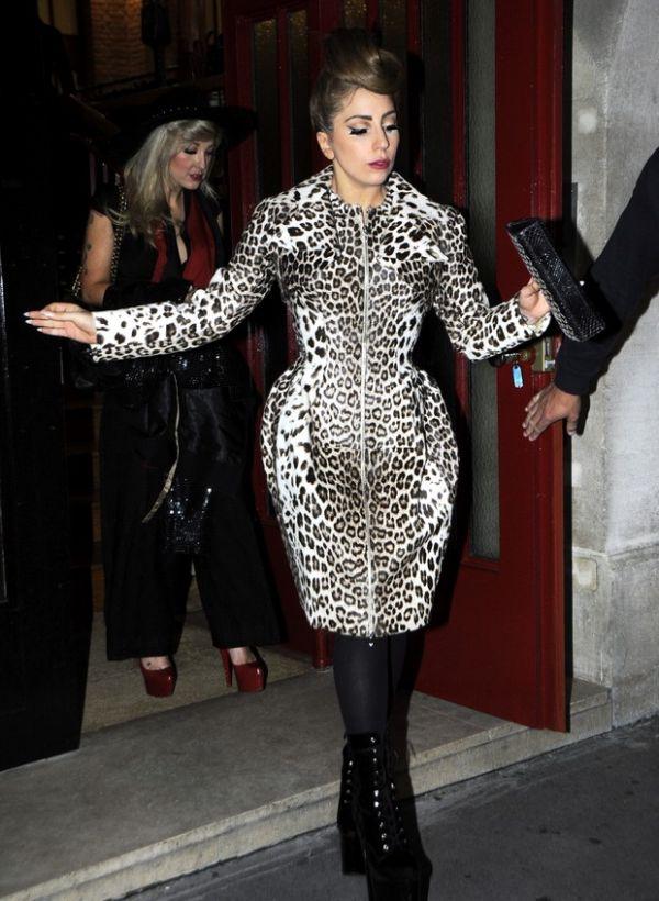 Lady Gaga usa mais um de seus figurinos exóticos em Paris