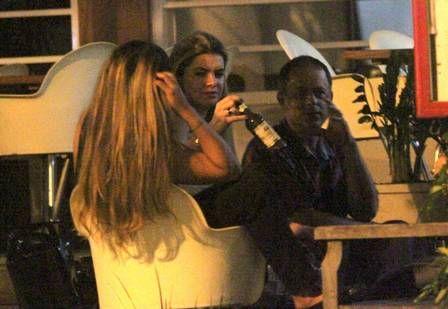 Mirella Santos confessa em mesa de bar: ?Já traí o Latino?