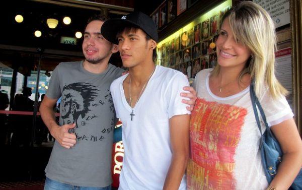 Neymar curte fim de semana e come em restaurante do Rio