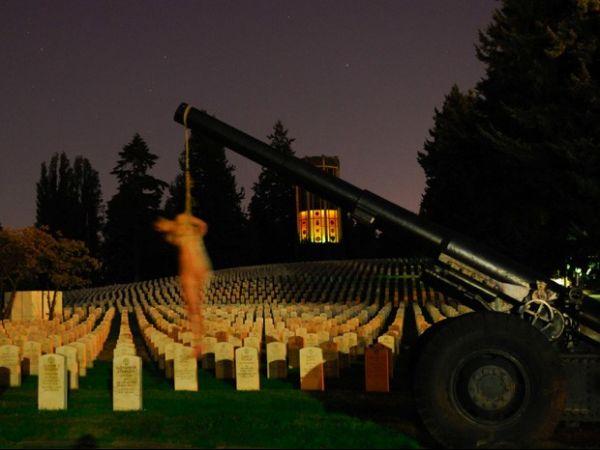 Polícia investiga fotos de mulher nua amarrada em cemitério militar