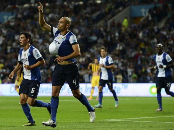 Porto dá show, goleia Beira-Mar e assume liderança do Português