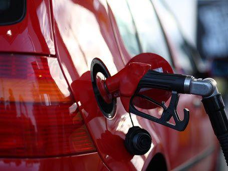 Preço da gasolina cai antes de eleição e sobe logo depois, diz estudo