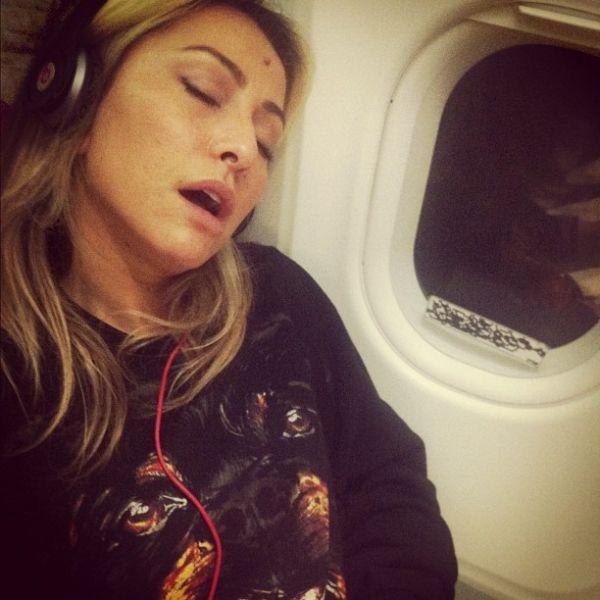 Sabrina Sato cochila de boca aberta em avião