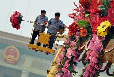 Chineses usam até guindaste para preparar vaso gigante de flores