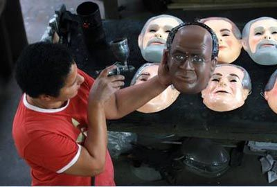 Joaquim Barbosa vira máscara e já é aposta para o carnaval 2013