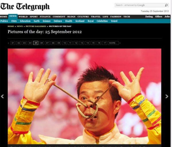 Artista coloca cobras pelo nariz e boca durante show feito na China