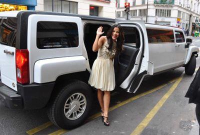Em Paris, ex-BBB Gyselle Soares vai de limousine a desfile