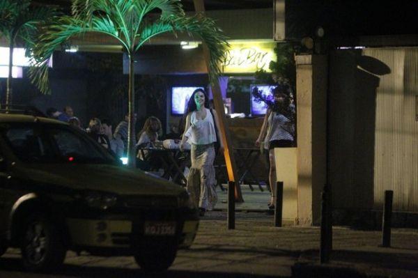 Sem o namorado, Isis Valverde curte noitada só com amigas