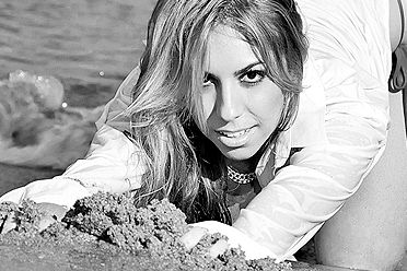 Latinete Natalia Arantes posa sensual e se exibe  de biquíni durante ensaio em praia carioca