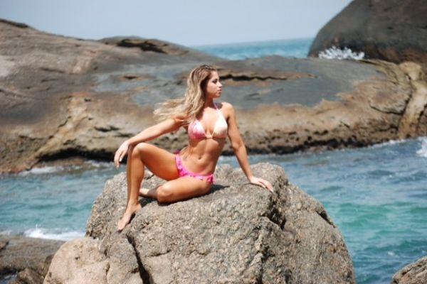 Panicat Carol Narizinho faz campanha de biquíni