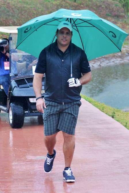 Ronaldo caminha 7km e joga golfe debaixo de chuva para chegar à