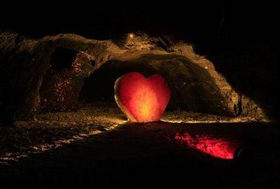 Cristal de sal no formato de coração é atração em mina na Colômbia