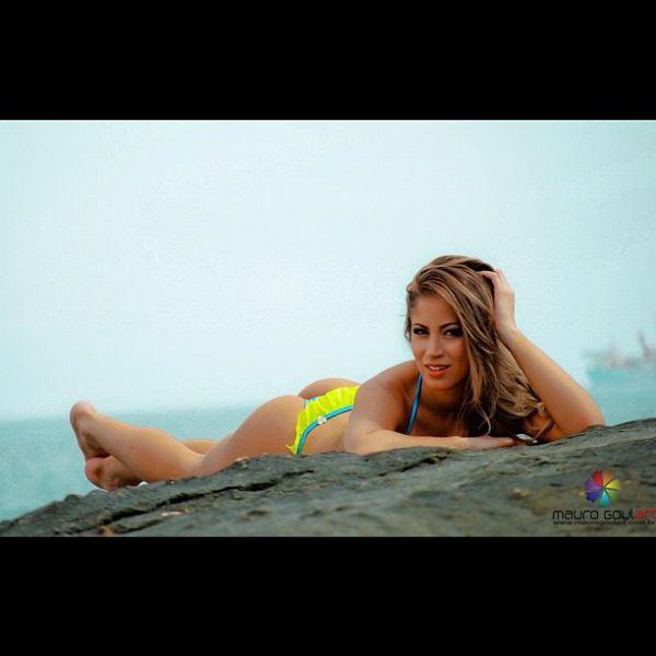 Carol Narizinho posa sensual para grife de moda praia