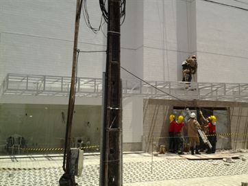 Corpo de Bombeiros resgata operário que ficou pendurado a 60 metros do chão
