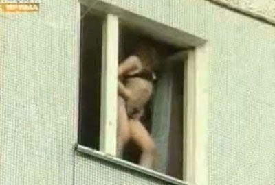 Mulheres protagonizam show erótico na janela de apartamento na Rússia