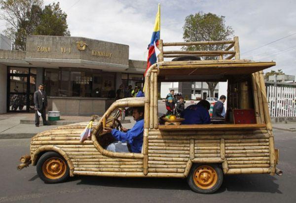 Artista plástico colombiano cria automóvel feito com bambu