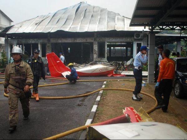 Avião bate em prédio durante show e mata dois na Indonésia