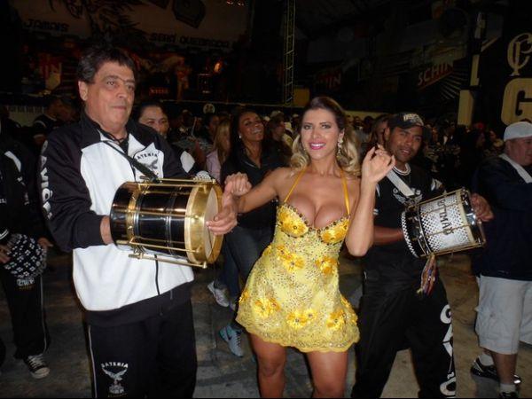Com decote e pernas de fora, Ana Paula Minerato cai no samba