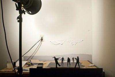 Fotógrafo cria cenas de ação com recortes de papel
