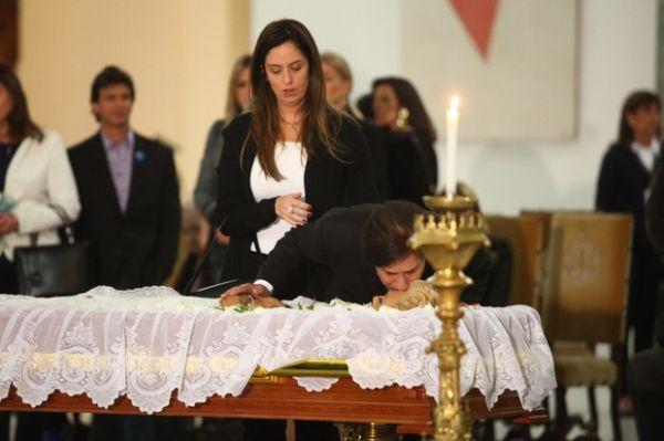 Tom Cavalcante beija o rosto de Hebe Camargo no velório