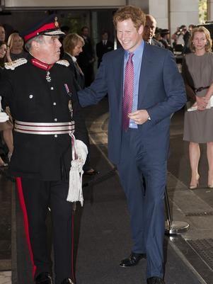 Após fotos nu, príncipe Harry aparece em público pela 1ª vez