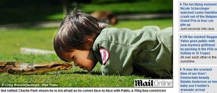 Australiano de 2 anos brinca com jiboia de 2,5 metros e jacaré