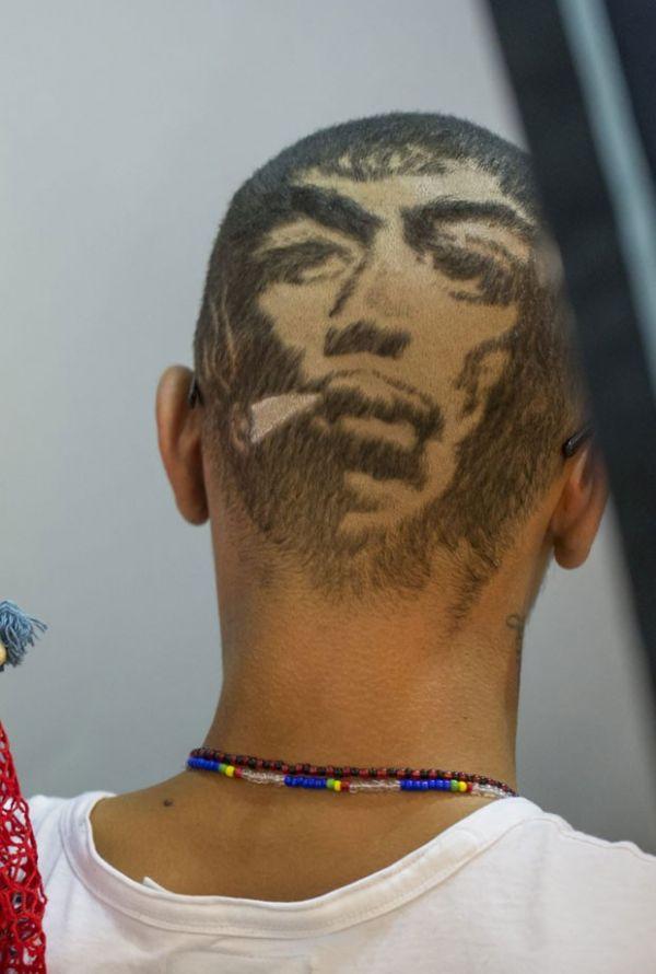 Jovem exibe corte de cabelo no formato de rosto na Alemanha