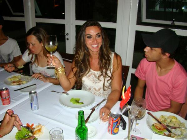 Nicole Bahls vai a restaurante com amigos e come... um alface!